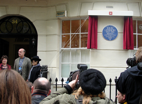 Yoko Ono unveiling Jonn Lennonn plaque 23 Otcober 2010 in London